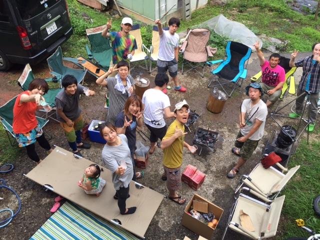 ログハウスに人が集まる