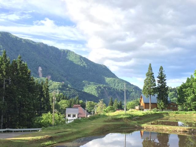 ログハウスと山