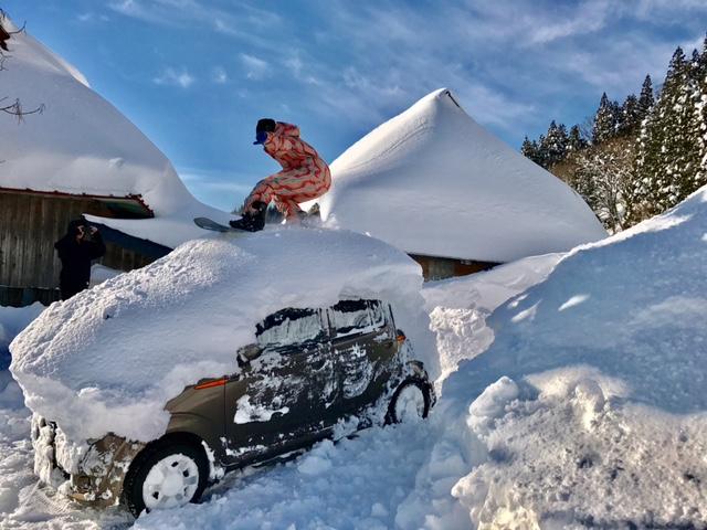 スノーボーダーで車を擦る