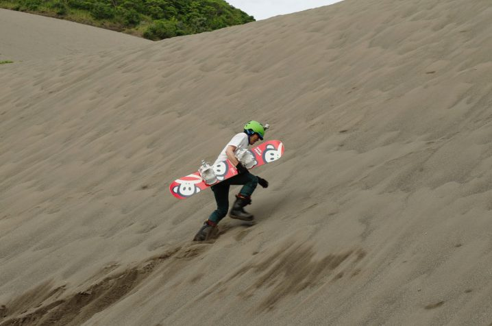 スノーボードで砂山へ